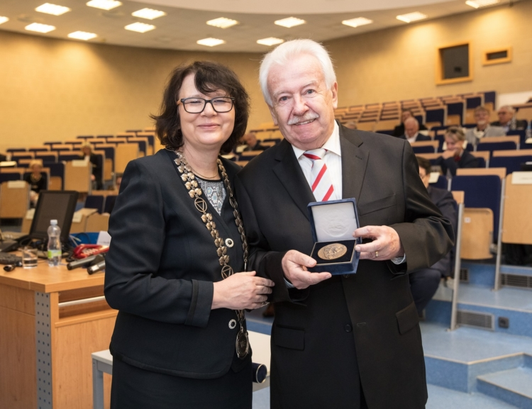 VŠE awarded Alois Rašín Medal to Richard Hindls