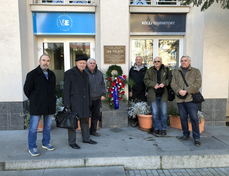 Spolužáci Jana Palacha uctili jeho památku