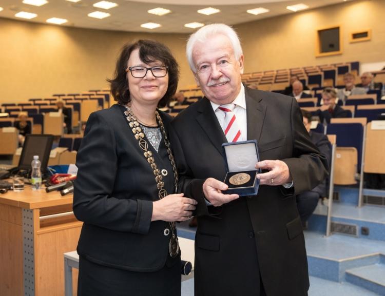 Medaili Aloise Rašína převzal prof. Richard Hindls, emeritní rektor VŠE