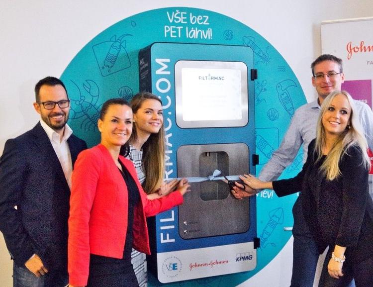 Vysoká škola ekonomická v Praze snižuje spotřebu PET láhví